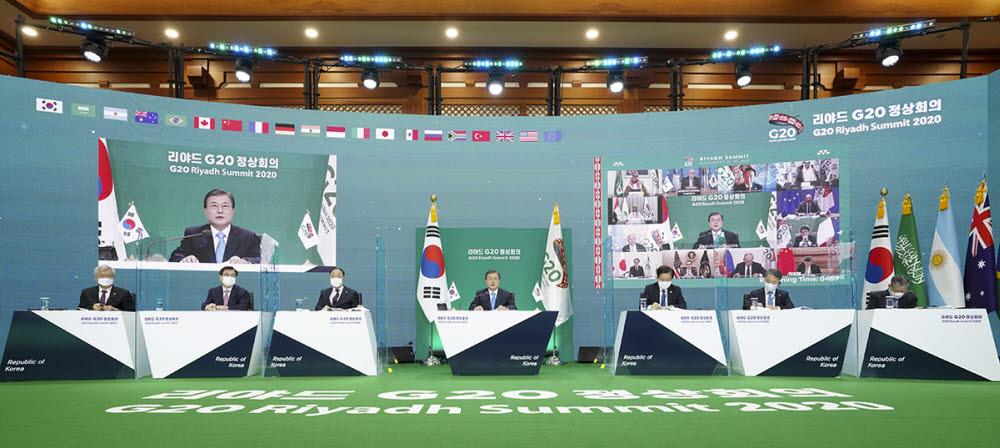 문재인 대통령이 21일 밤 청와대에서 주요 20개 국가(G20) 정상간 영상회의에 참석해 발언하고 있다. 청와대 제공