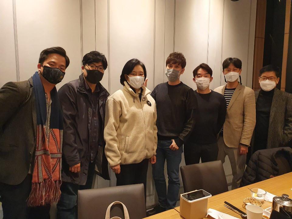 박영선 중소벤처기업부 장관(왼쪽 3번째)이 지난 20일 스타트업과 만나 프로토콜 경제에 대한 이야기를 나누고 사진촬영했다.