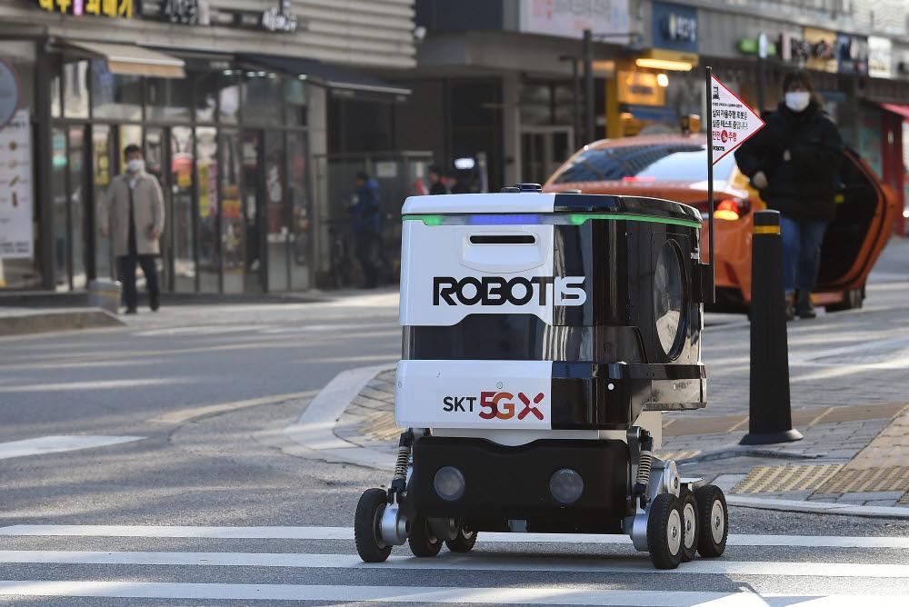 로보티즈 배달로봇이 음식을 싣고 배송지로 향하고 있다.