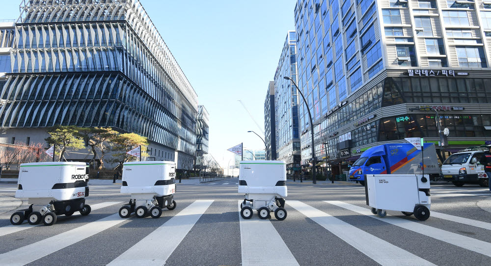 로보티즈 배달로봇이 주문을 받고 식당으로 줄지어 이동하고 있다.