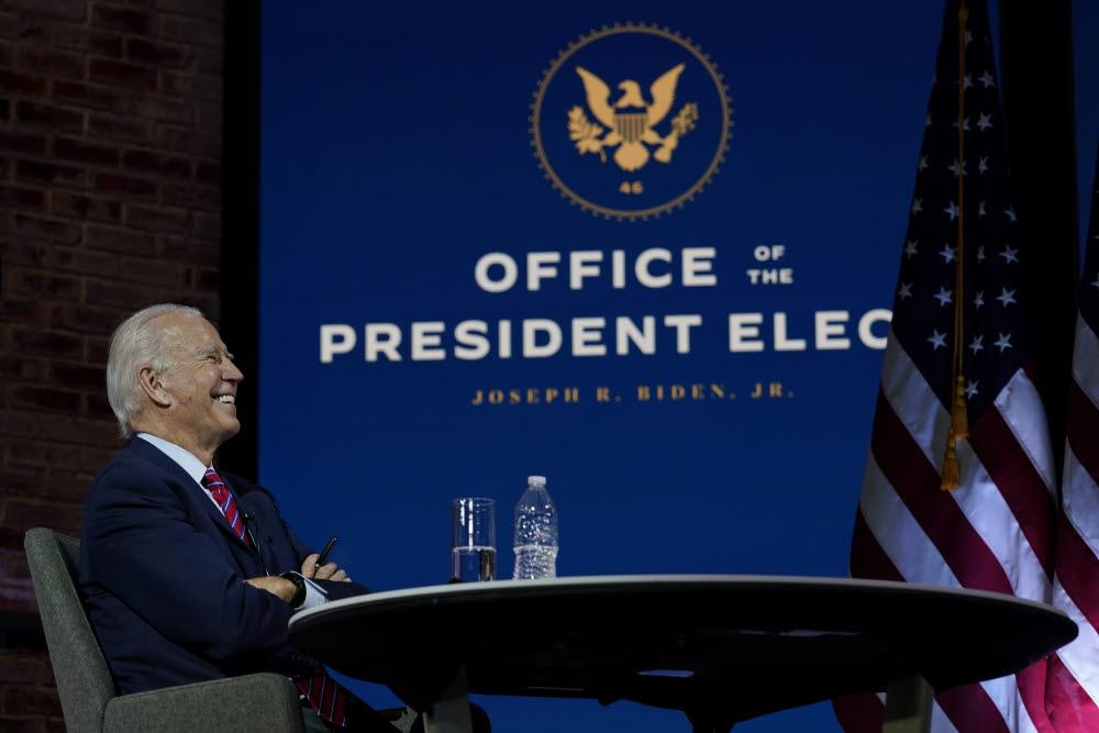 조 바이든 미국 대통령 당선자가 23 일(현지시간) 델라웨어주 윌밍턴 퀸 극장에서 영상회의로 열린 미국 시장 회의에서 미소 짓고 있다.(AP/연합)