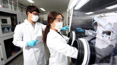 日 특허 품는 SK머티리얼즈, '청색 OLED 소재' 국산화