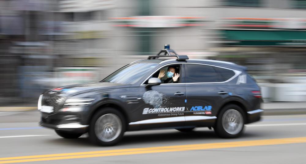 자동차 자율주행 솔루션 기업 컨트롤웍스와 한양대 에이스랩·LG유플러스가 컨소시엄을 구성해 레벨4 자율주행 및 자동주차 기술을 개발했다. 25일 서울 상암동 일대에서 한양대 에이스랩 연구원들이 자율주행차량을 운행하고 있다. 이동근기자 foto@etnews.com