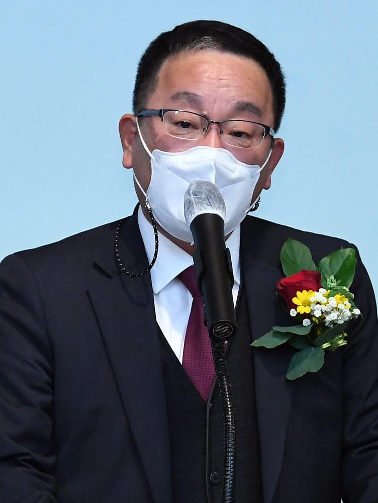 홍승모 전자신문사 이사가 축사를 하고 있다.