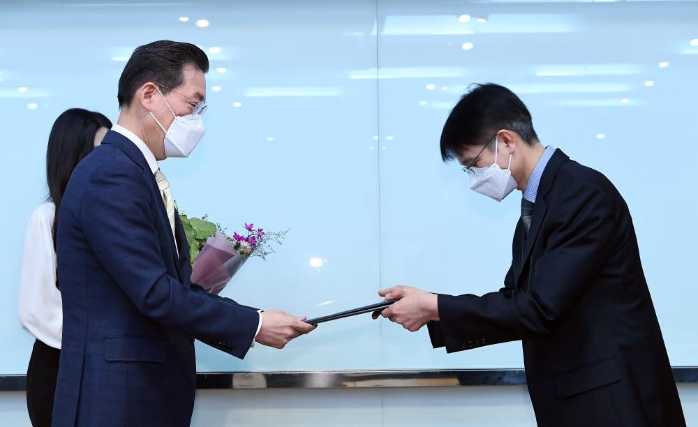 송의 알서포트 부사장(오른쪽)이 최영해 TTA회장으로부터 대상 상장과 상금을 전달받고 있다.