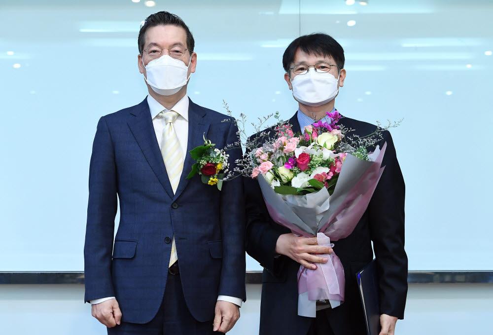 최영해 TTA회장(왼쪽)과 대상을 수상한 송의 알서포트 부사장이 기념촬영을 하고 있다.