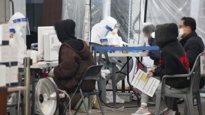 """코로나19 신규확진 583명…정부 """"2.5단계 격상 이르다"""""""