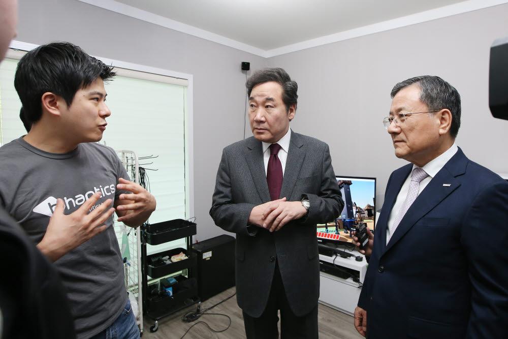 2018년 3월 당시 이낙연 총리가 KAIST 창업 보육센터를 방문, 설명을 듣는 모습