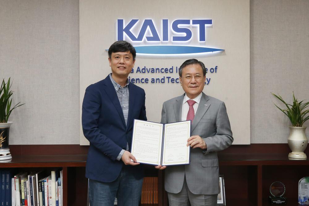 KAIST 출신 기업가인 장병규 크래프톤 의장의 학교 발전기금 약정식 모습
