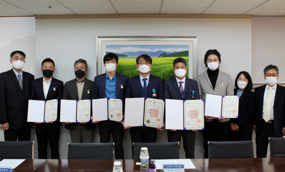 서정렬 인셀 이사(왼쪽 두 번째)가 ESS 안전기술 개발 등 이차전지 산업 발전에 기여한 공로로 한국전지산업협회로부터 국무총리 표창을 수상하고 있다.