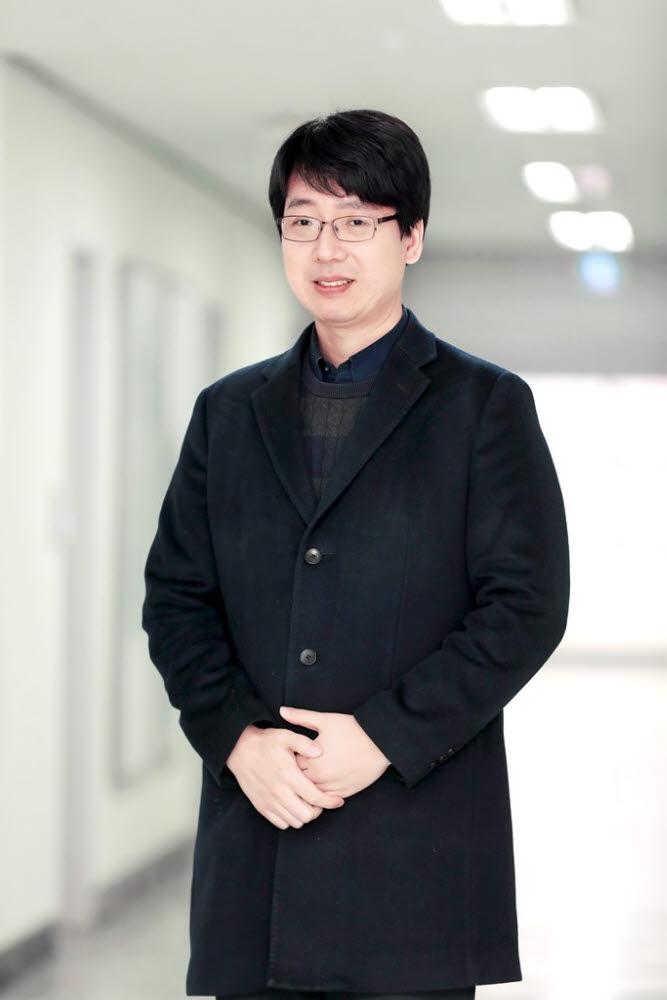기초과학연구원(IBS) 강상관계 물질 연구단 소속 양범정 교수(서울대)