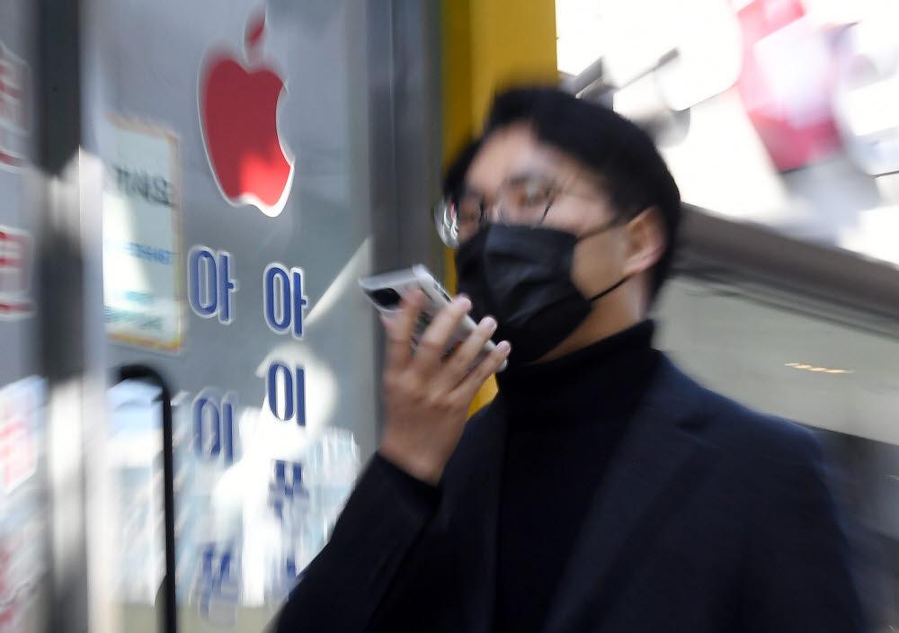 AS망 미비로 국내 애플 고객의 불만이 커지고 있는 가운데 애플은 그동안 최소한의 대안 역할을 해 온 사설수리업체를 대상으로 저작권 침해 소송을 벌이고 있어 논란이 일고 있다. 1일 서울 영등포구의 한 애플 사설수리업체 모습. 이동근기자 foto@etnews.com
