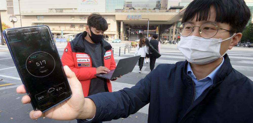 서울 성동구 왕십리역 앞에서 서울시 관계자들이 공공와이파이 속도 측정을 하고 있다.<br />이동근기자 foto@etnews.com