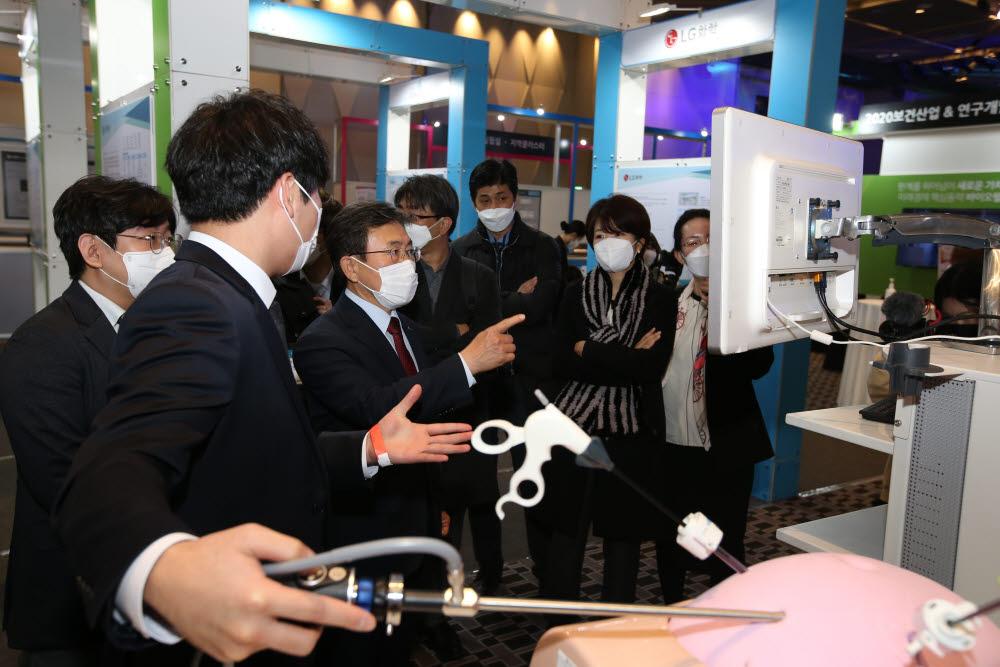 권덕철 한국보건산업진흥원장(왼쪽 세번째)이 1일 서울 용산구 드래곤시티호텔에서 개막한 2020 보건산업&연구개발성과 교류회 개막식 뒤 전시부스를 둘러보고 있다.