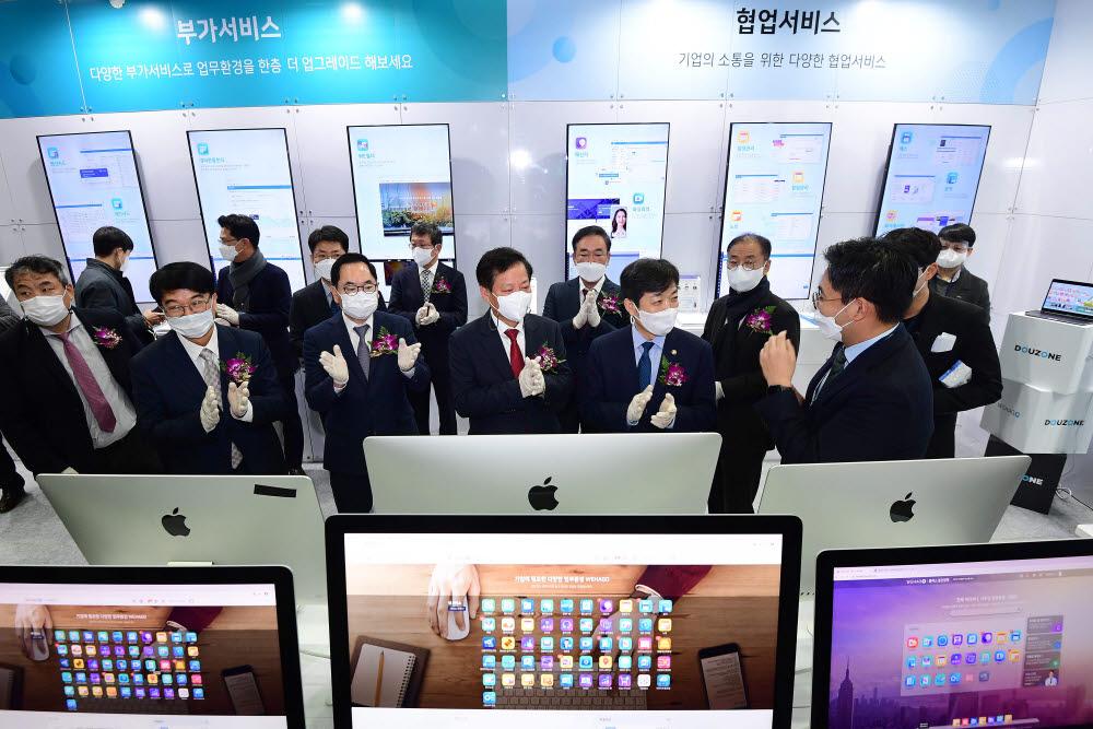 장석영 과학기술정보통신부 차관(오른쪽부터)과 구원모 전자신문사 회장이 주요 인사들과 더존비즈온 부스를 둘러보고 있다.