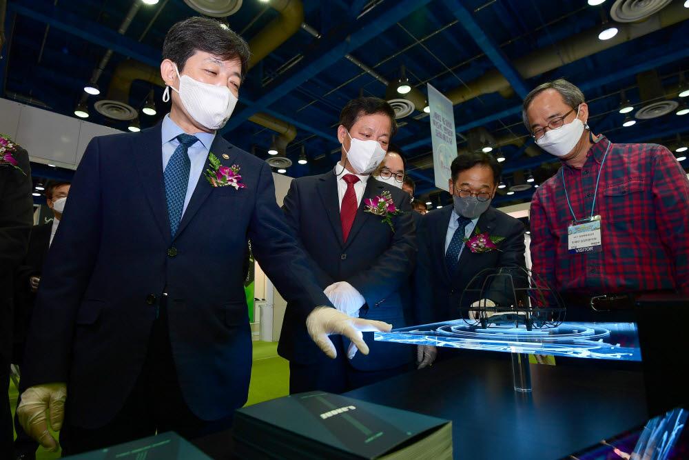 장석영 과학기술정보통신부 차관(왼쪽부터)과 구원모 전자신문사 회장이 주요 인사들과 지드론 부스를 둘러보고 있다.