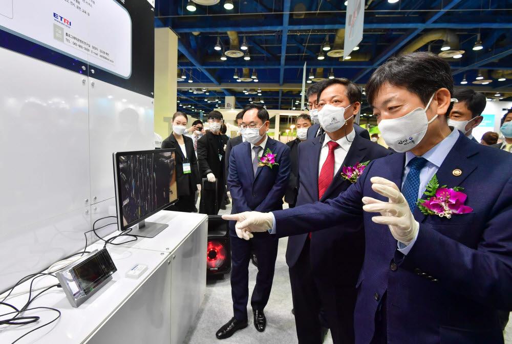 한국전자통신연구원(ETRI) 부스에서 플렌옵틱 콘텐츠 저작 기술을 보고 있다.