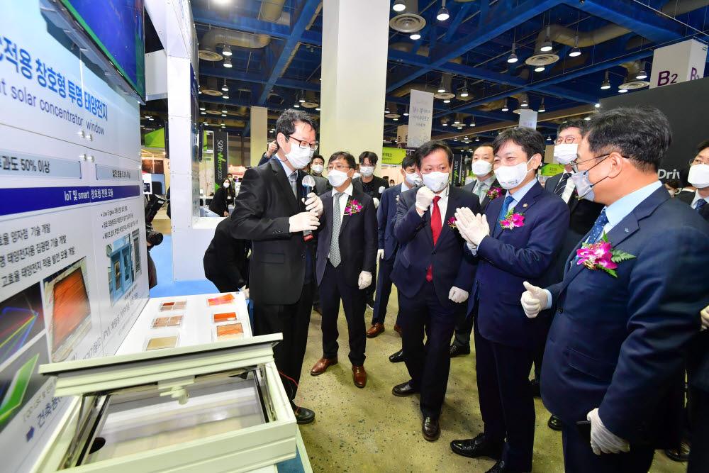 한국전자기술연구원 부스에서 창호형 투명 태양전지에 대한 설명을 듣고 있다.