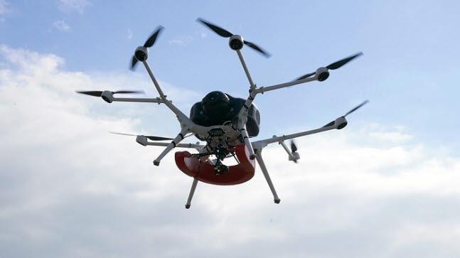두산모빌리티이노베이션의 수소드론이 구명 용품을 싣고 비행하고 있다.