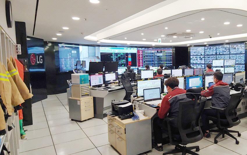 LG사이언스파크 내 관제실에서 담당 직원들이 사업장 곳곳을 모니터링하고 있다.
