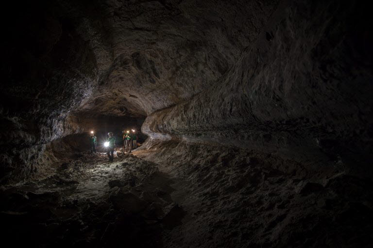 독일 뮌헨공과대 연구진들이 탐사 로봇과 동굴 내부를 둘러보고 있다.