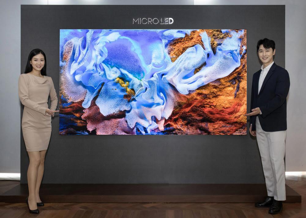 삼성전자 모델이 서울 논현동 삼성 디지털프라자 강남본점에서 가저용 마이크로 LED TV 110인치 신제품을 소개하고 있다.
