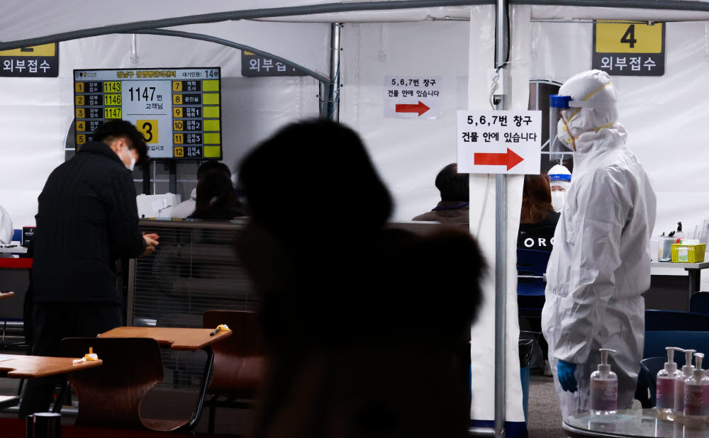 13일 오후 서울 강남구 보건소 선별진료소를 찾은 시민들이 신종 코로나바이러스 감염증(코로나19) 검체 채취를 위해 문진표를 작성한 뒤 차례를 기다리고 있다. 연합뉴스