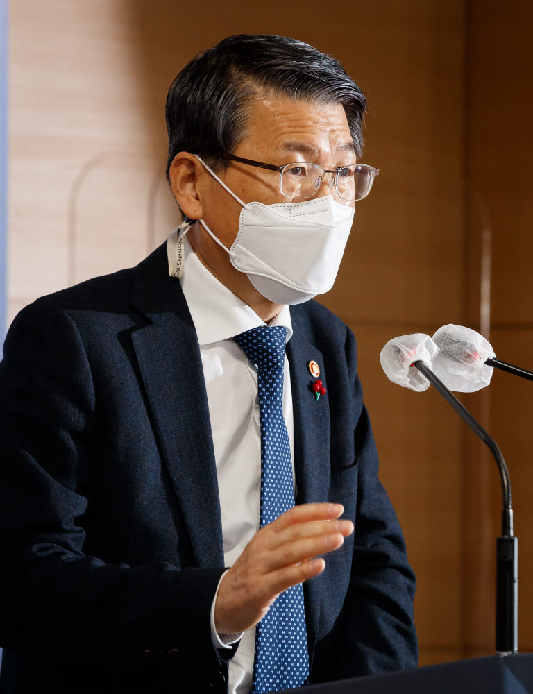 은성수 금융위원장이 14일 서울 종로구 정부서울청사 합동브리핑실에서 송년 기자간담회를 열어 질문에 답변하고 있다.