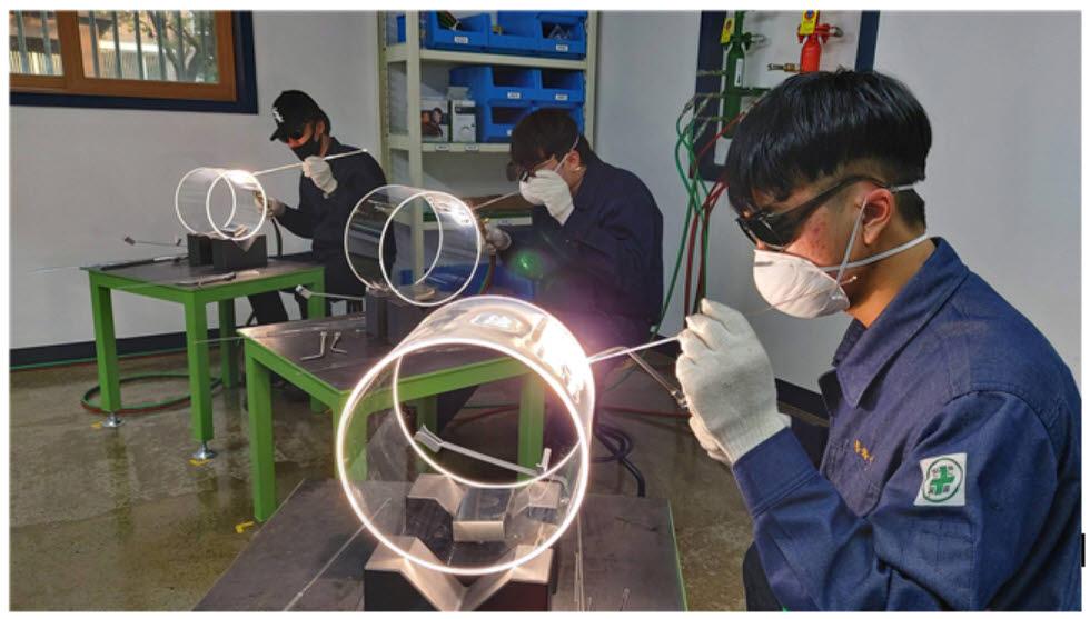 한국폴리텍대학 포항캠퍼스 원익반 학생들이 쿼츠 용접 실습을 하고 있다.