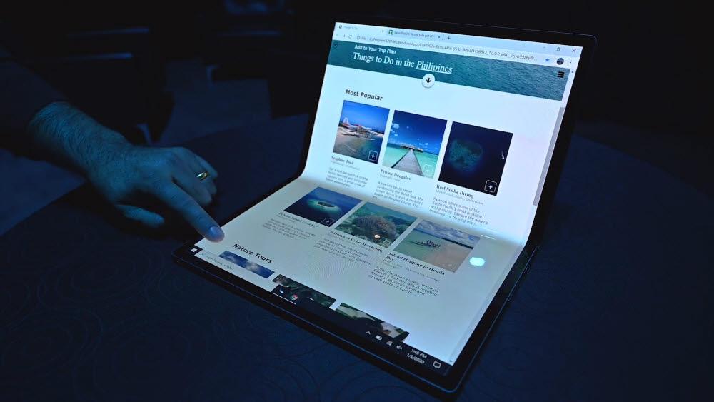 인텔이 올초 CES에서 공개한 호스슈 벤드 시제품. 얇고 가벼운 OLED의 특성을 활용, 화면을 접어 쓸 수 있다. 스마트폰 중심으로 성장한 OLED는 태블릿, 노트북으로 영토 확장을 시도하고 있다.<사진=인텔>