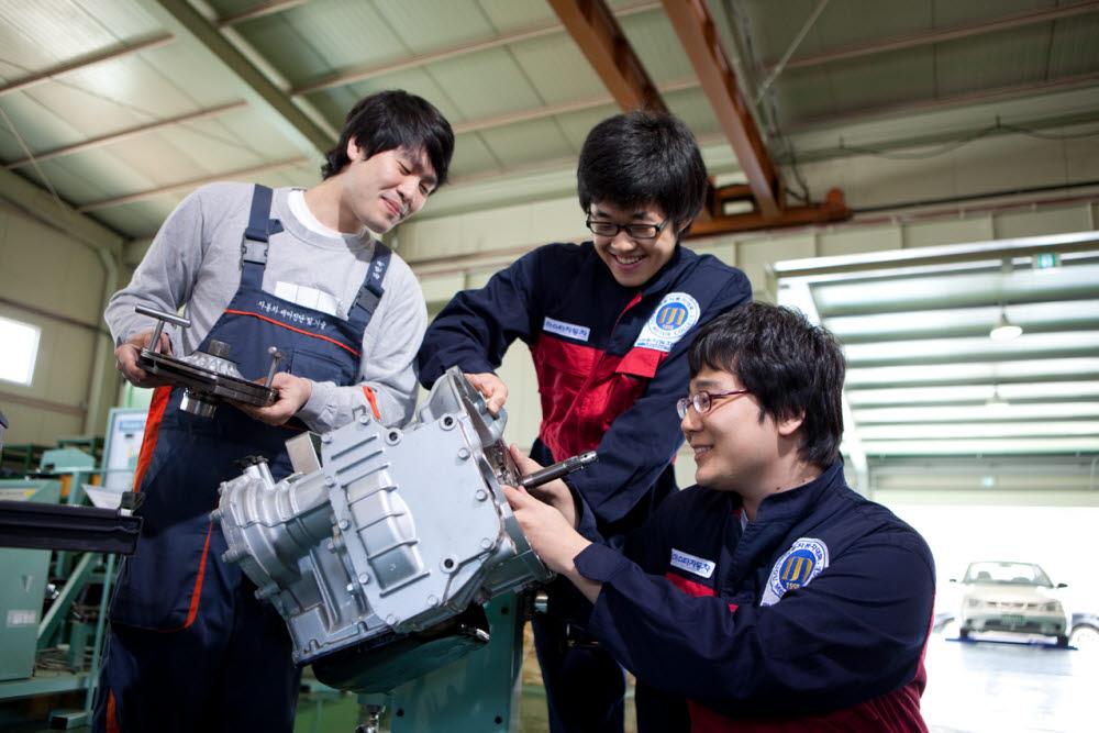 아주자동차대학교는 자동차산업 발전에 기여하는 기술인 양성에 힘쓴다. 자동차 전공 실습 모습.