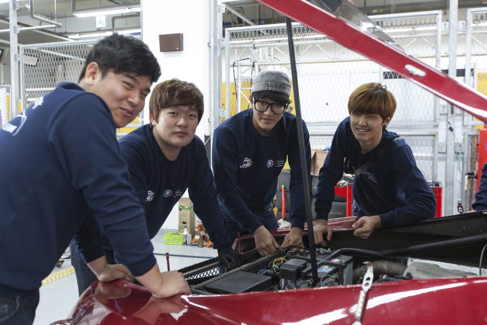 아주자동차대학교가 2020 전자신문 전문대학 평가에서 기술 부문 최우수대학으로 선정됐다.