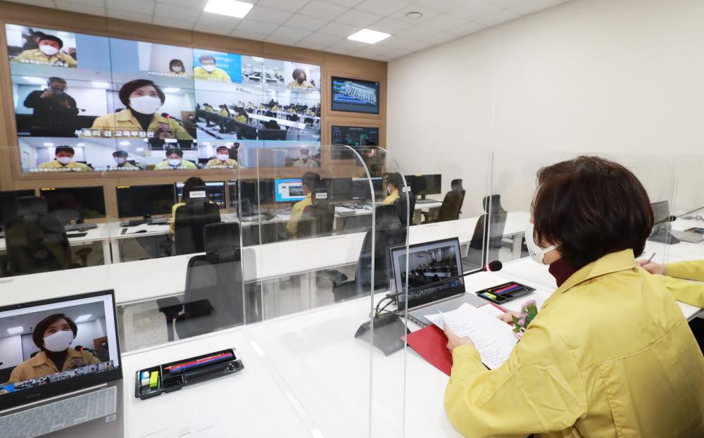 유은혜 부총리와 시도교육감들이 온라인으로 교육정보재해복구센터 운영에 대해 논의하고 있다. 사진=교육부