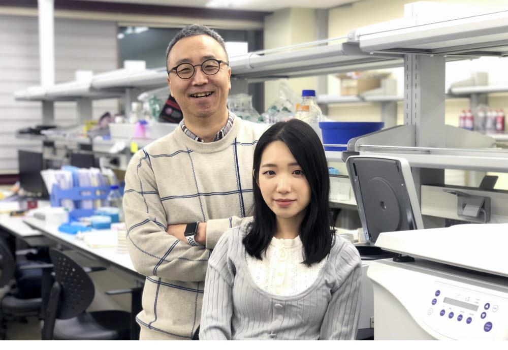 신근유 교수(왼쪽)와 통합과정 김은지 씨.