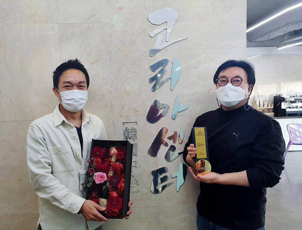 김기록 코리아센터 대표(우측)와 이정일 광고사업본부 이사가 기념촬영을 하고 있다.