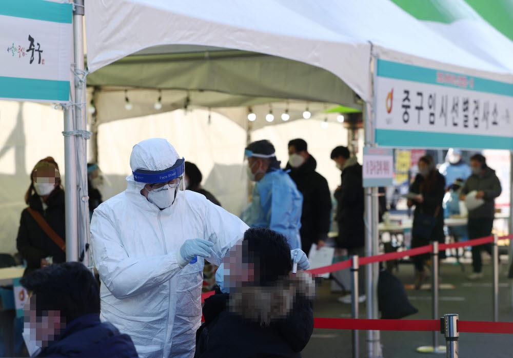 17일 서울역 광장에 마련된 중구 임시 선별검사소를 찾은 시민들이 코로나19 검사를 받고 있다. 연합뉴스