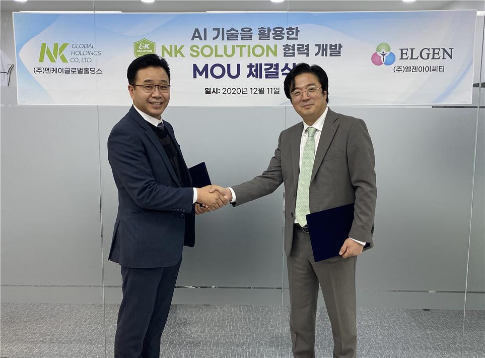 김준환 NK홀딩스 대표(오른쪽)가 김남현 엘젠아이씨티 대표(왼쪽)와 업무협약서(MOU)를 교환한 후 악수를 나누고 있다.