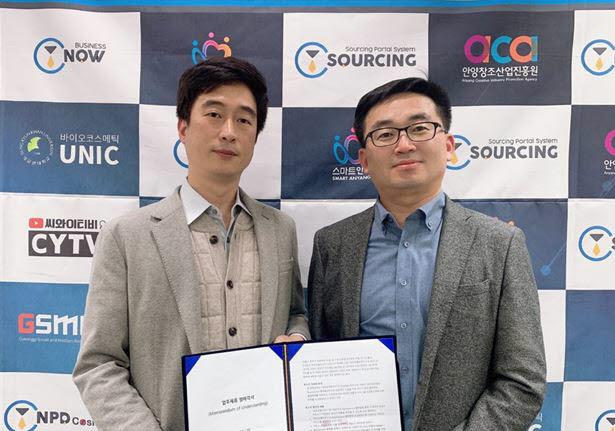 조규종 유비씨 대표(왼쪽)와 조영득 CY 대표가 업무 협약 체결 후 기념 촬영을 하고 있다.