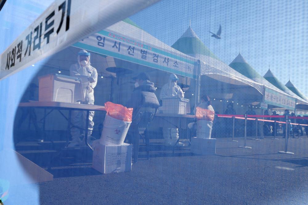 20일 오후 서울역 광장에 마련된 서울 중구 임시선별진료소에서 코로나19 검체 검사가 진행되고 있다. 연합뉴스
