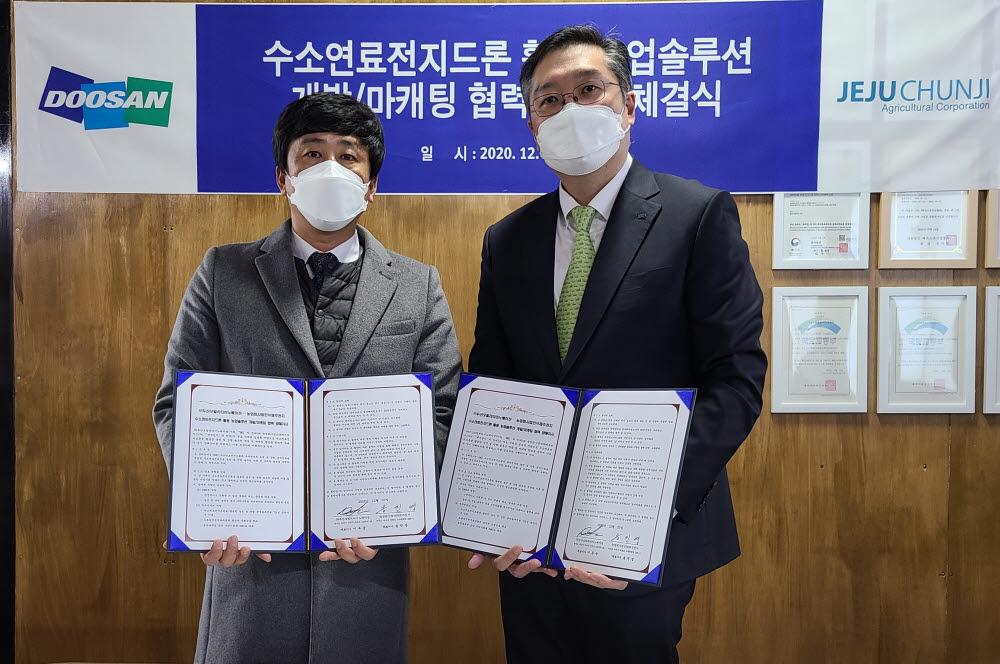 이두순 DMI 대표(오른쪽)와 송진영 제주천지 대표가 수소연료전지드론을 활용한 농업 솔루션 개발 업무협약식을 마치고 기념사진을 촬영하고 있다.