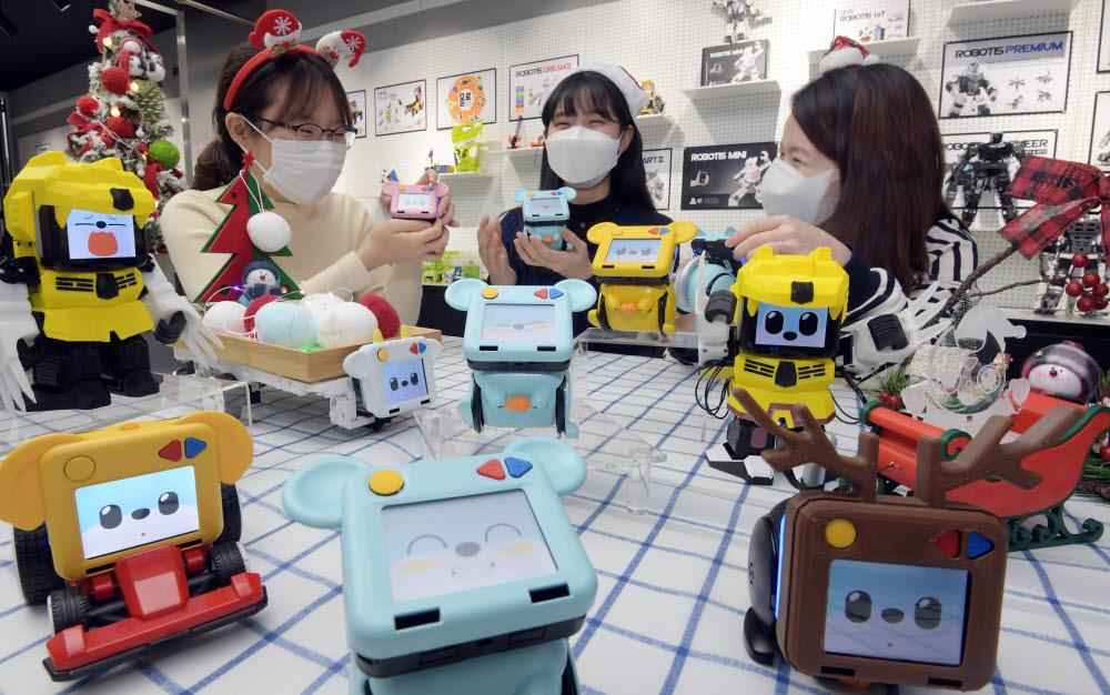 연말연시 인공지능 반려로봇과 함께해요