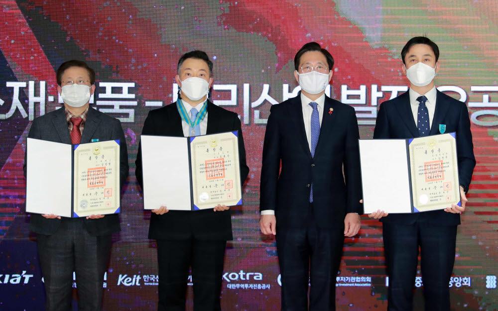 성윤모 산업통상자원부 장관(왼쪽 세 번째)이 23일 열린 2020 첨단소재부품뿌리산업기술대전에서 소부장 산업 발전 유공자와 기념촬영했다.