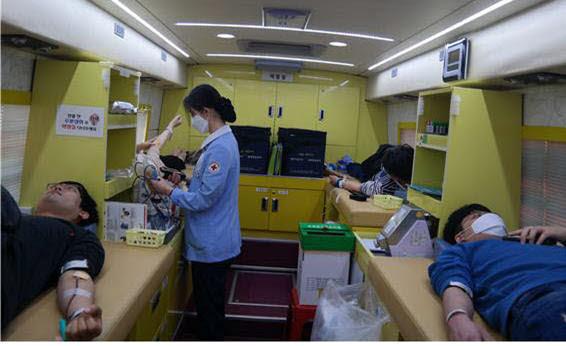 한국광기술원 임직원들의 단체 헌혈.