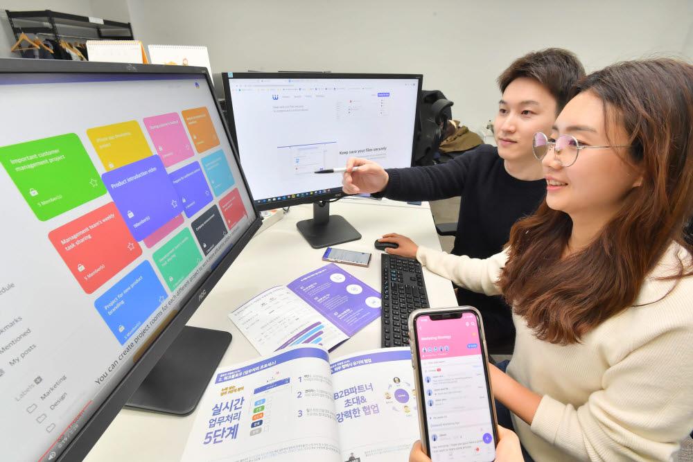 올해 비대면 솔루션 수요가 높아지면서 국산 솔루션 플로우 도입도 늘어났다. 서울 영등포구에 위한 마드라스체크 본사에서 직원들이 플로우 개발 회의를 하고 있다.