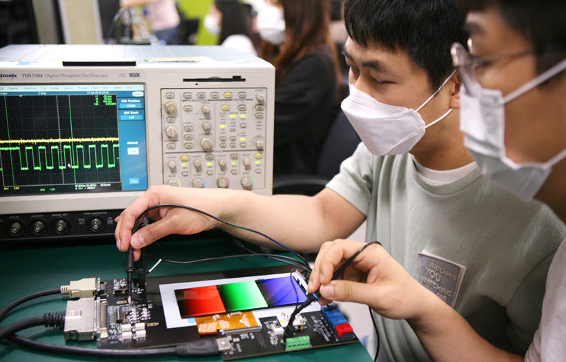 삼성디스플레이 연구원들이 OLED를 테스트하고 있는 모습<자료=삼성디스플레이>