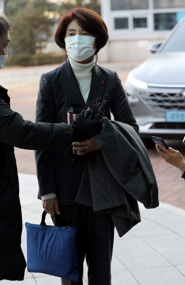 한정애 환경부 장관 후보자가 4일 오전 서울 서초구 한강홍수통제소 사무실로 출근하고 있다.