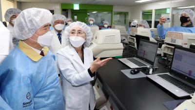 정세균 총리, 씨젠 의료재단 방문