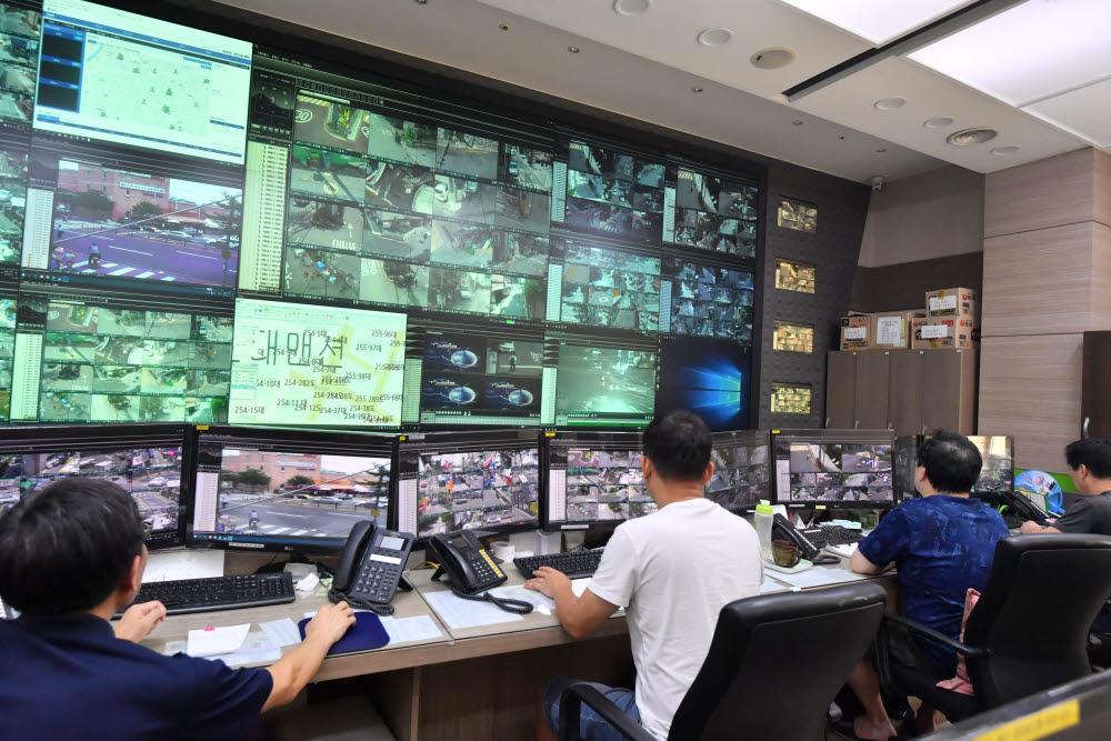 서울 관악구청 U-관악 통합관제센터에서 관제사들이 관내에 설치된 CCTV 영상을 모니터링하며 범죄발생을 대비하고 있다. 박지호기자 jihopress@etnews.com