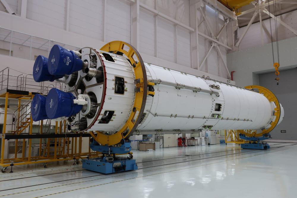 누리호 1단(인증모델) 모습. 누리호 1단은 75톤 엔진 4기를 엮은 클러스터링 방식으로 만들어졌다.