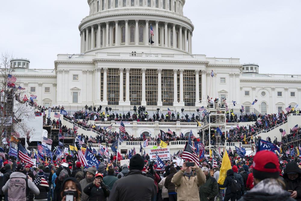 미 의회를 둘러싼 시위대. AP/연합